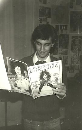 """El Zurdo leyendo """"Estricnina""""."""