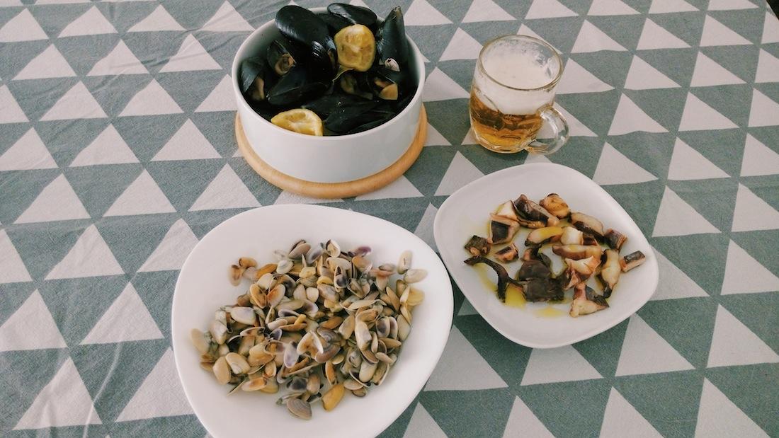 Clóchinas, tellinas, pulpo y cerveza.