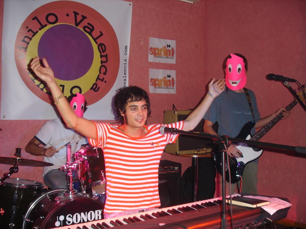 Gilbertástico actuando en una fiesta de Vinilo Valencia.