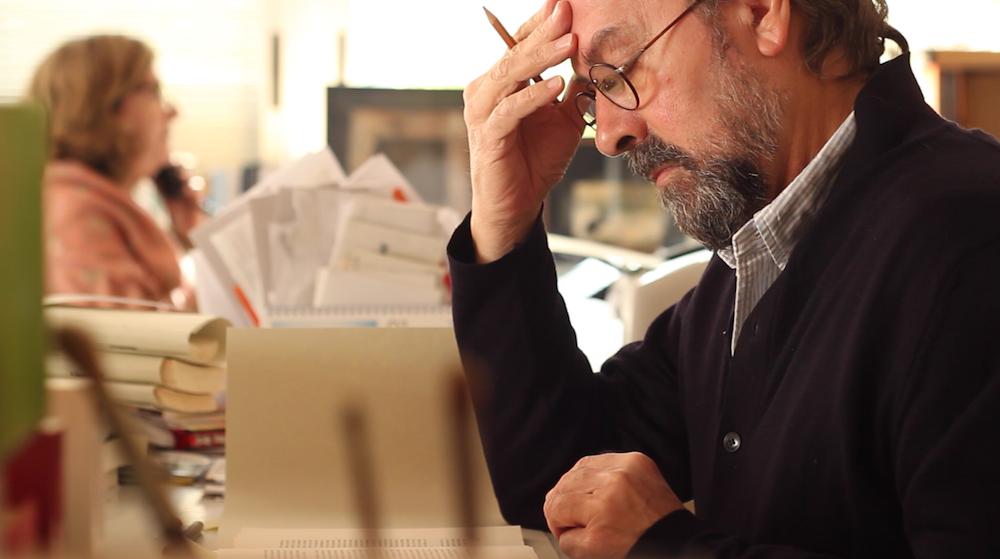 Silvia Pratdesaba (al fondo) y Manuel Ramírez en la sede de la editorial mientras trabajan. Foto: Lucía Boned.