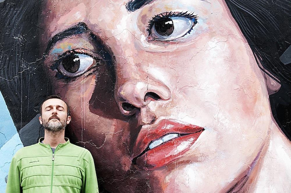 Junto a un mural de El Decertor. Miraflores, Lima. Foto:Iñigo Maneiro.