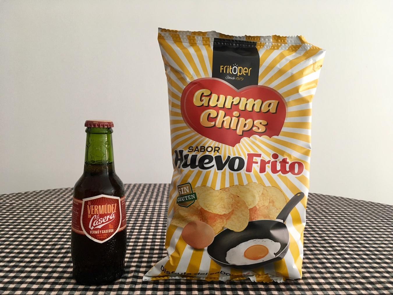Vermut con gaseosa y papas con sabor a huevo frito