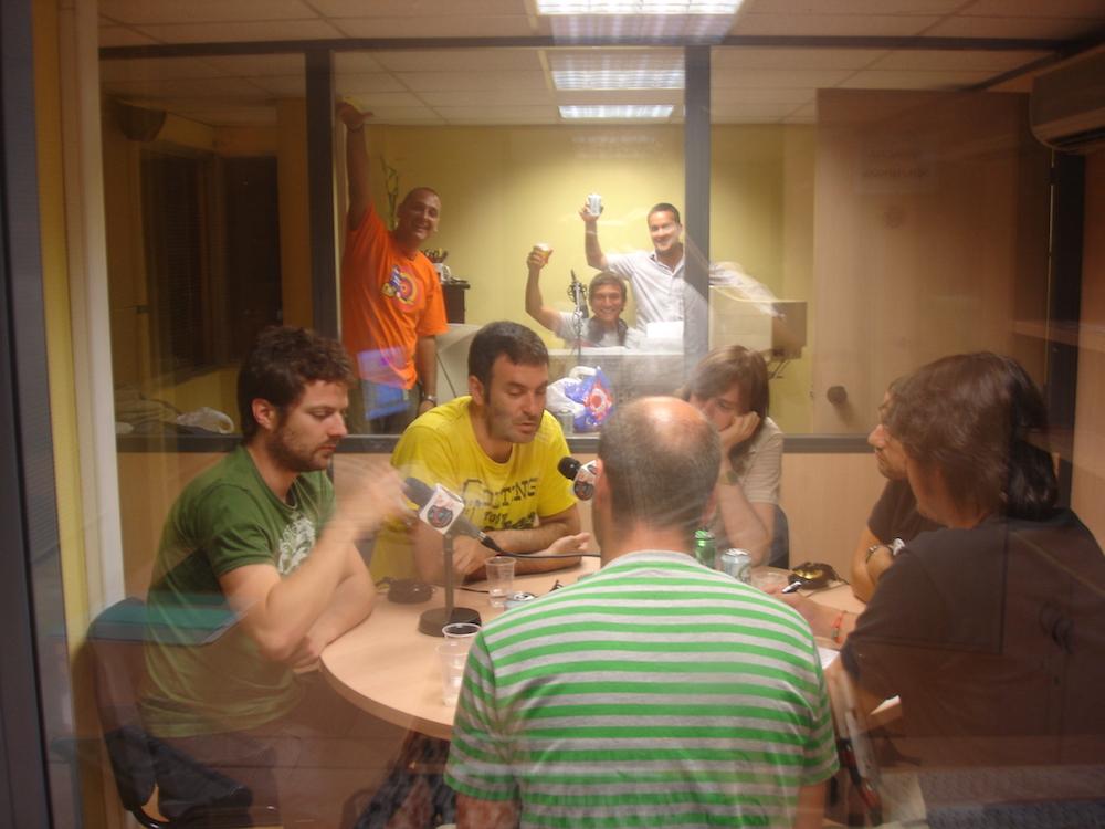 La Habitación Roja entrevistados en el programa de radio Vinilo Valencia. 4 de julio 2006.