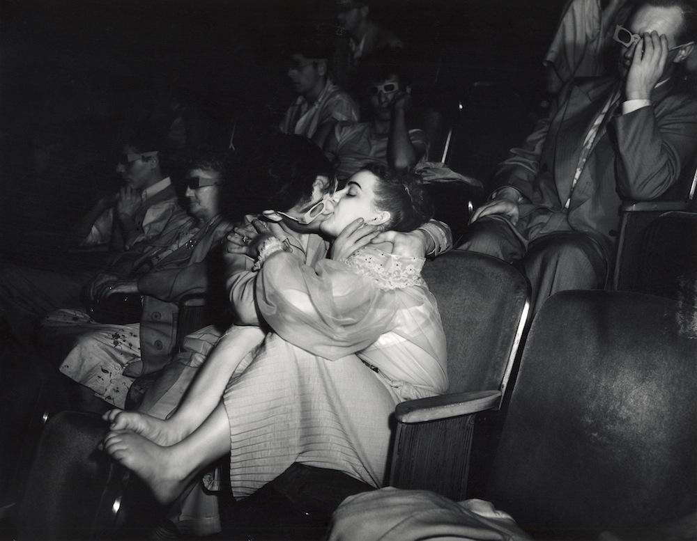 Una pareja con gafas 3D en el Palace Theatre (ca. 1940). ©Weegee/Caravan