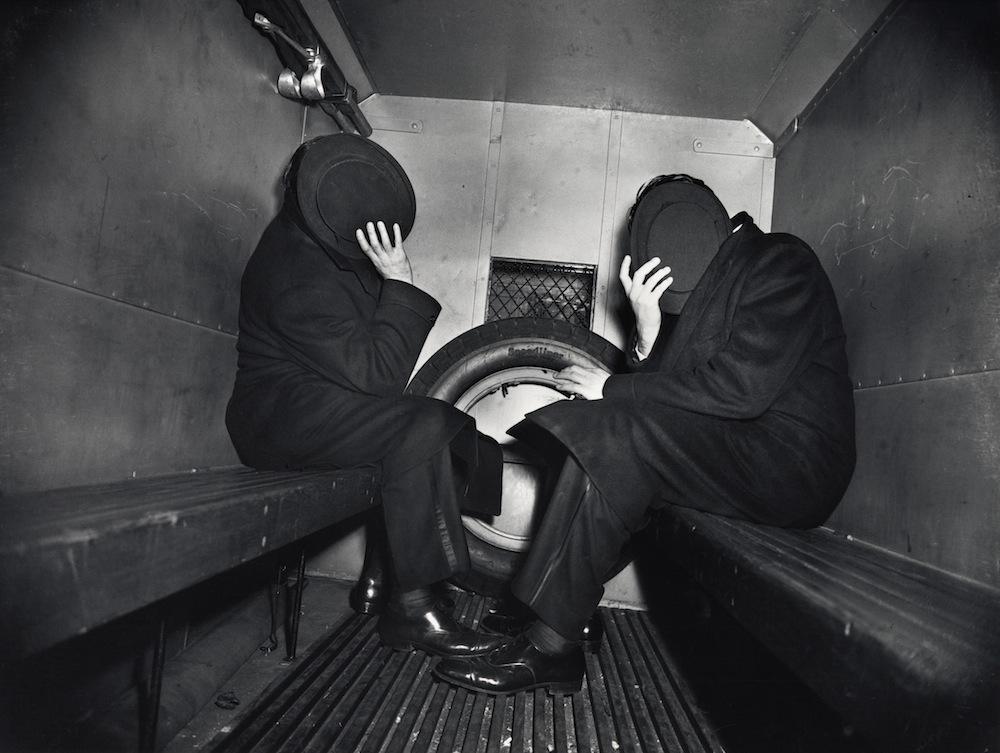 Dos delincuentes en el furgón policial (1942). ©Weegee/Caravan