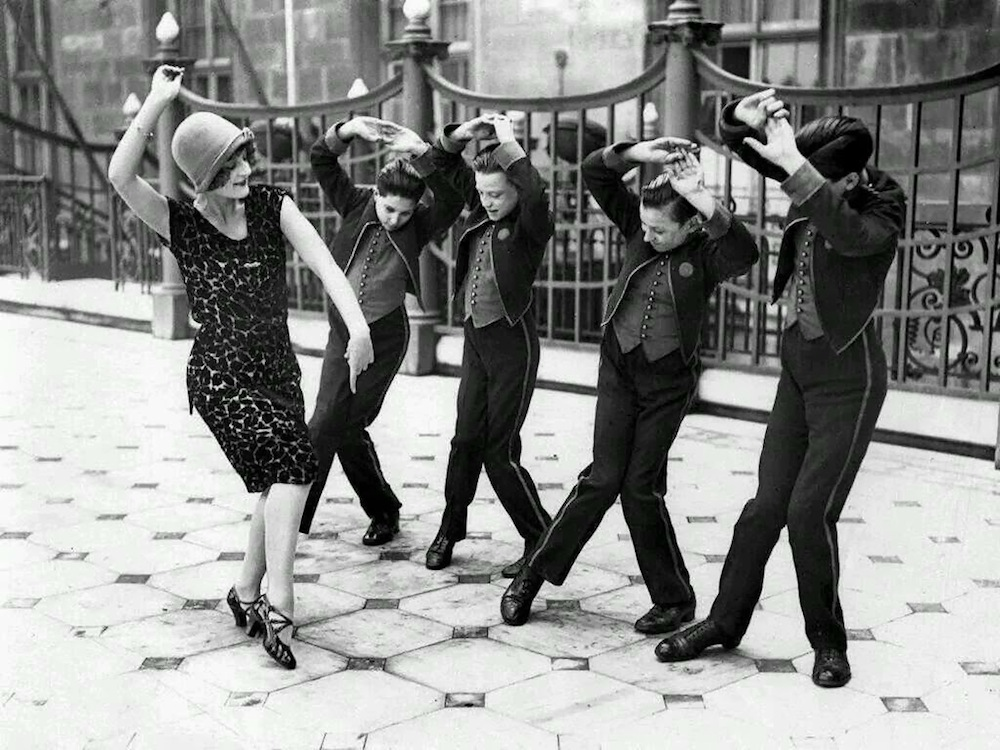 americanwomanteachingenglishboystodancethecharleston-greatbritain1925