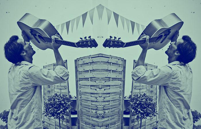 Érase un ser a una guitarra pegado