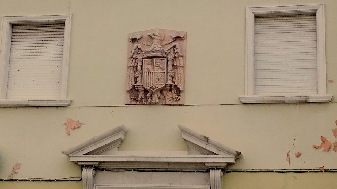 Escudo preconstitucional en el colegio público Padre Manjón.