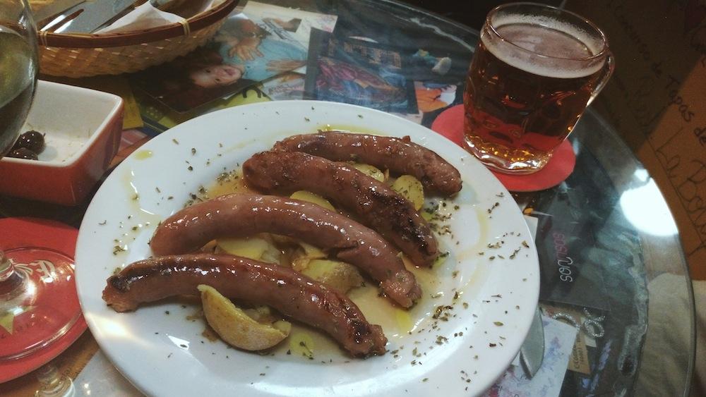 Longanizas rellenas de miel cocinadas con vino blanco de La Botifarra.