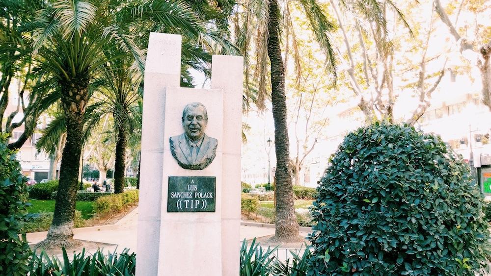 Escultura homenaje a Tip.